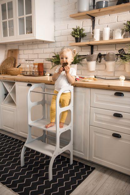 Grå Stå upp hjälpa till pall för barn i ett skandinaviskt kök